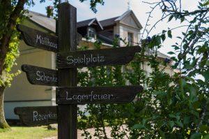 Schild vor dem Hauptgebäude des Gutshofes Groß-Behnkenhagen